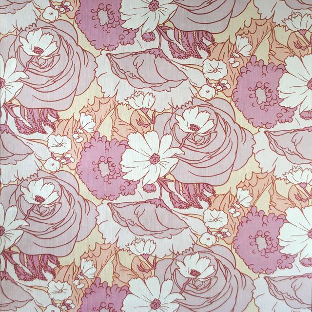 Zeer Roze bloem behang in rose en wittinten op een lichtgele achtergrond. &RC97